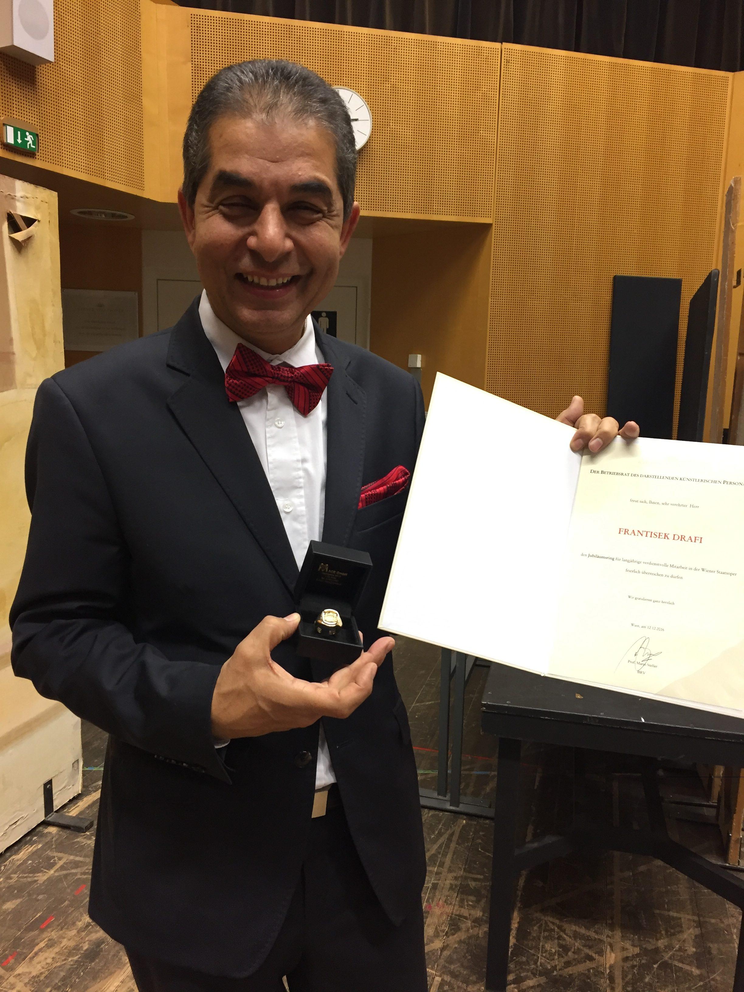 Frantisek Drafi bekommt von der Wiener Staatsoper den Goldenen Ring und ein Diplom als Auszeichnung verliehen.