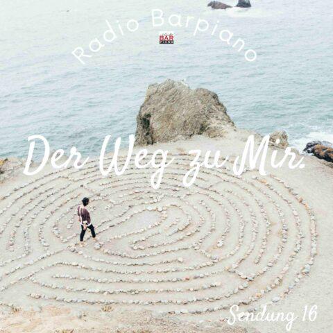 Mann am Strand auf der Suche nach Spiritualität mit den Klavierstücken der Wiener Barpianisten