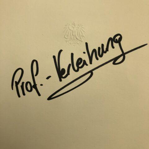 schwarze Schrift Prof. Verleihung unter Österreich Wappen
